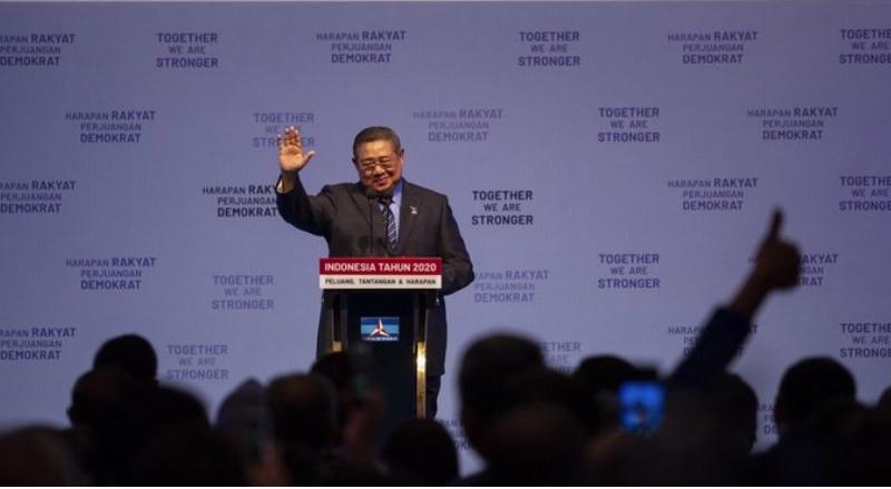 Ketua Umum Partai Demokrat Susilo Bambang Yudhoyono (SBY) melambaikan tangan seusai menyampaikan pidato pada Refleksi Pergantian Tahun Partai Demokrat di Jakarta Convention Center (JCC), Senayan, Jakarta, Rabu (11/12/2019). ANTARA FOTO/Dhemas Reviyanto/foc.